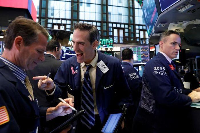 Phố Wall đồng loạt lập kỷ lục, Dow Jones tiến sát mốc 35,000 điểm