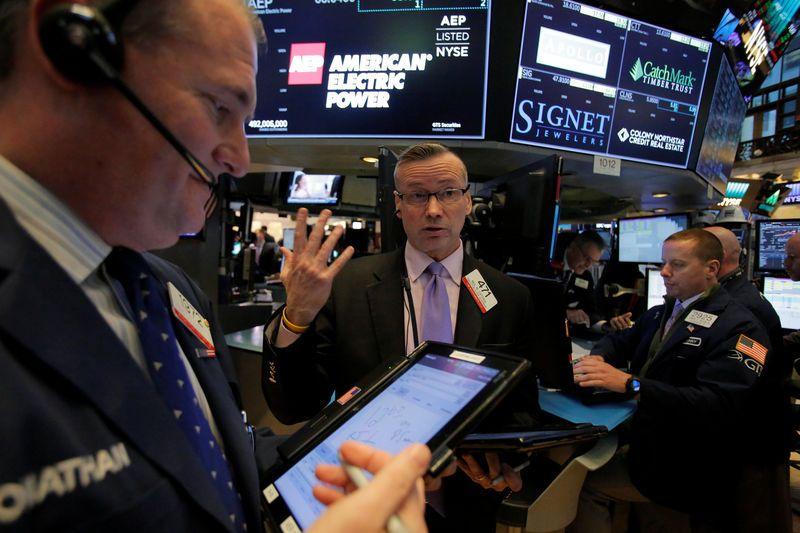 Dow Jones giảm tiếp gần 400 điểm